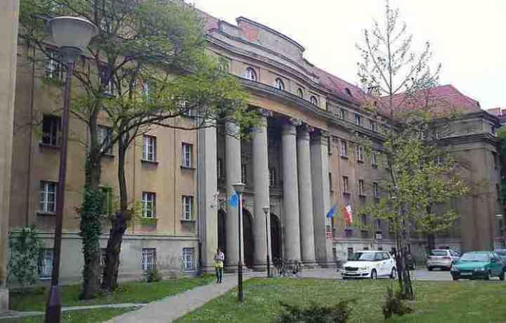 Firma Quadriga montuje rusztowania na obiekcie Dom Studencki Hanka, Al. Niepodległości, Poznań