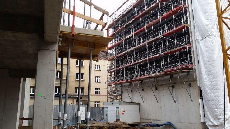 quadriga.pl-tramwaj-rusztowanie-wiszace-mieszkania-poznan.jpg